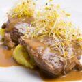 Carrillada de cerdo al vino tinto con parmentier de patata y brotes de alfalfa
